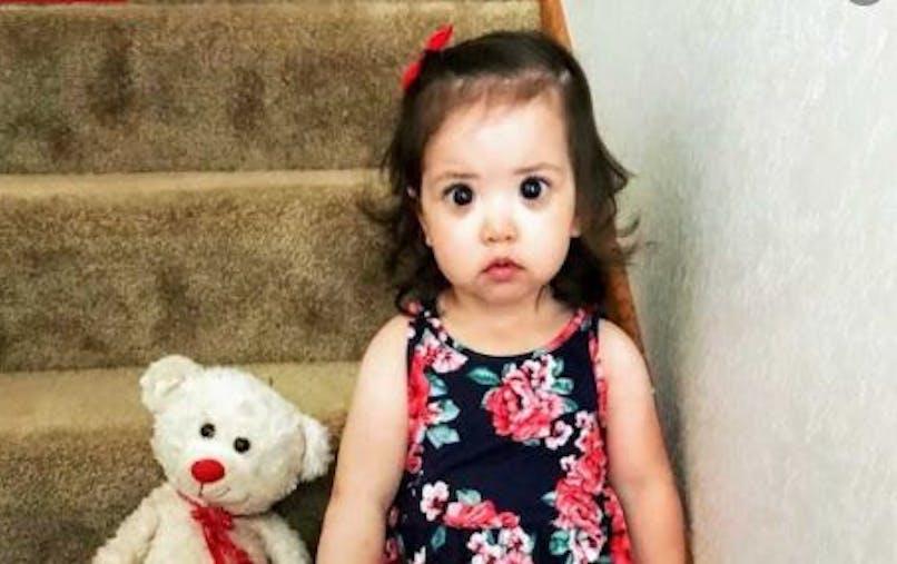 Derrière ses grands yeux noirs, cette petite fille dissimule une maladie génétique rare