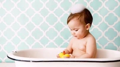 un bébé qui prend son bain