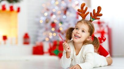 Enfant et liste au Père Noël