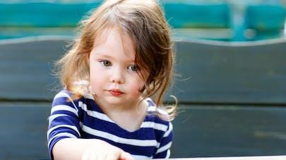 une petite fille avec une marinière