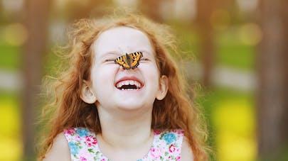petite fille et un papillon