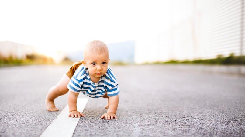 États-Unis : sans surveillance, un bébé traverse une route à 4 pattes (photo)