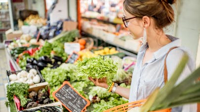 femme et légumes