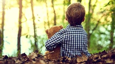 enfant en forêt