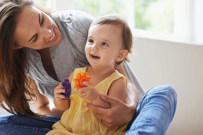 femme qui joue avec sa petite fille