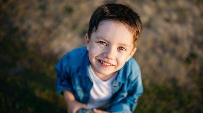 un adorable petit garçon avec une chemise bleu