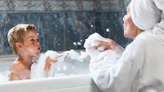 un petit garçon dans le bain