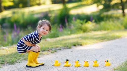 une adorable petite fille avec des bottes en plastique