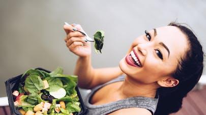 femme qui mange une salade composée
