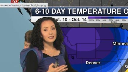 Une météorologue présente la météo avec son bébé sur le dos