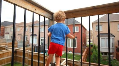 enfant sur un balcon
