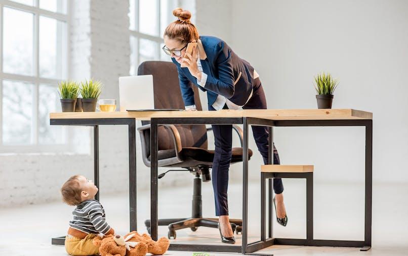 femme travaille au bureau avec bébé