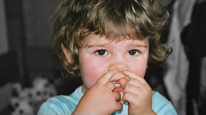 enfant qui se décrotte le nez