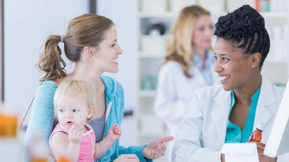 mère et enfant à la pharmacie