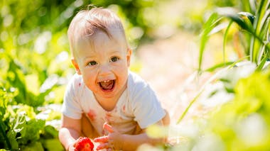 petit garçon dans l'herbe