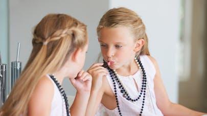 petite fille qui se maquille