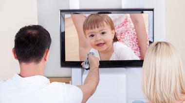 couple devant télé où apparaît une enfant
