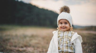 adorable fillette portant veste et bonnet