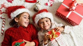 enfants avec bonnet et cadeaux de Noël