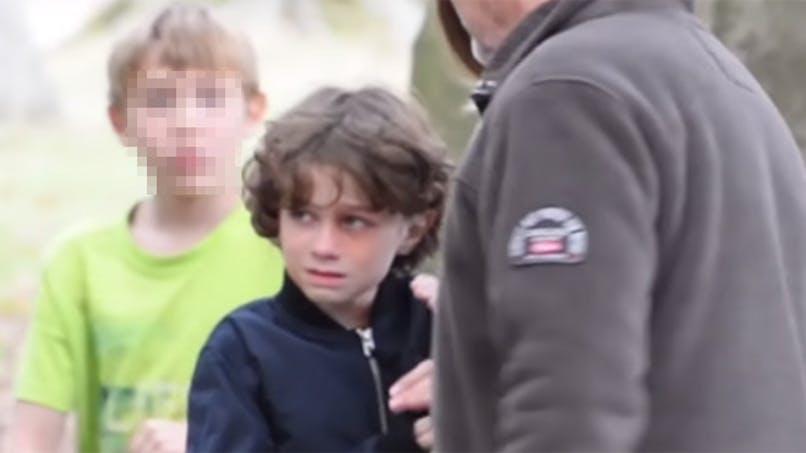 Un père maltraite son enfant en pleine rue : une caméra cachée pour vous faire réagir