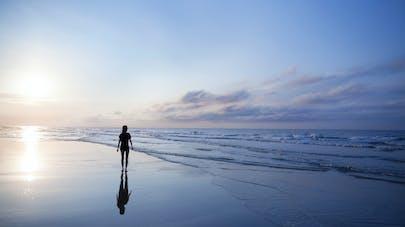 femme marchant sur le sable