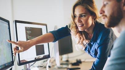 hommes et femme au travail devant un écran