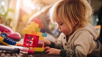 un enfant joue avec un jeu de construction