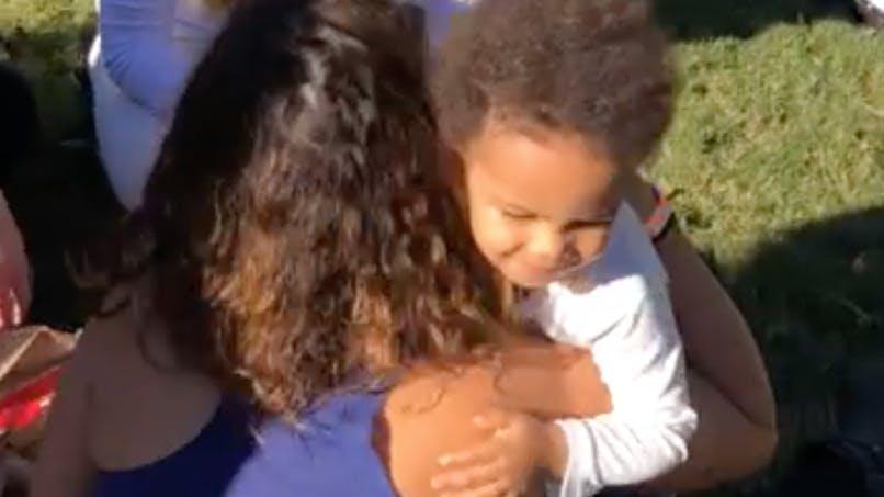 Ce petit garçon fait une tournée de câlins à des inconnus : la vidéo qui fait du bien