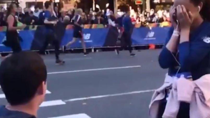 Il interrompt le marathon de sa copine pour la demander en mariage : les internautes s'indignent (vidéo)