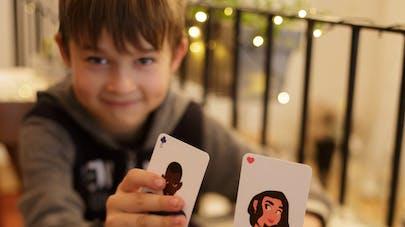 enfants qui jouent au jeu de cartes la bataille féministe