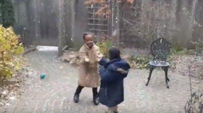 enfants jouent dans la neige