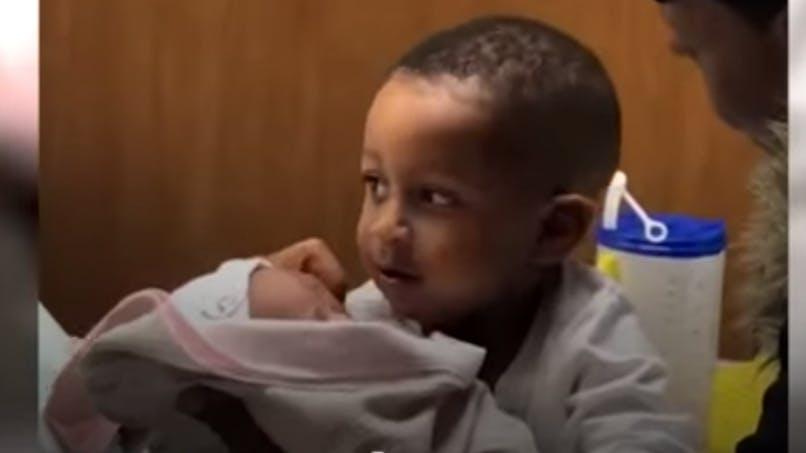 Ce petit garçon voit sa petite sœur pour la première fois : sa réaction est craquante (vidéo)