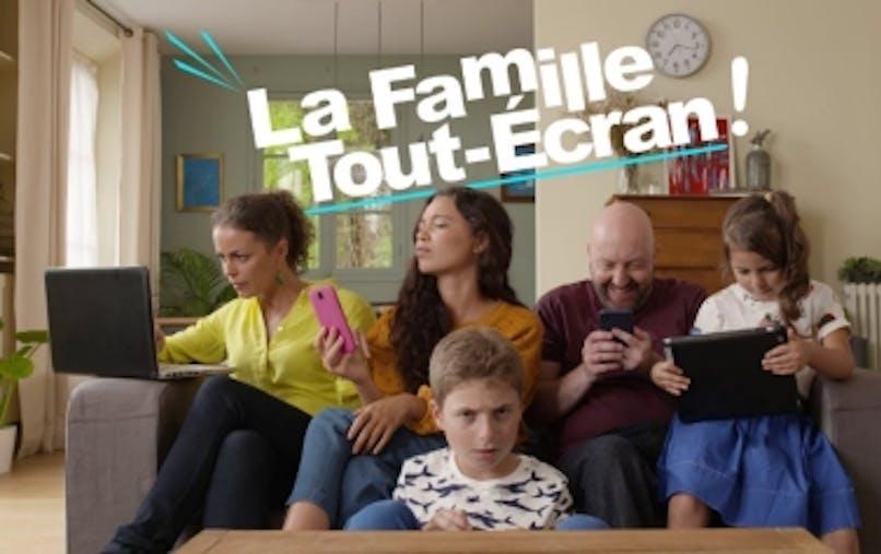 Famille devant les écrans