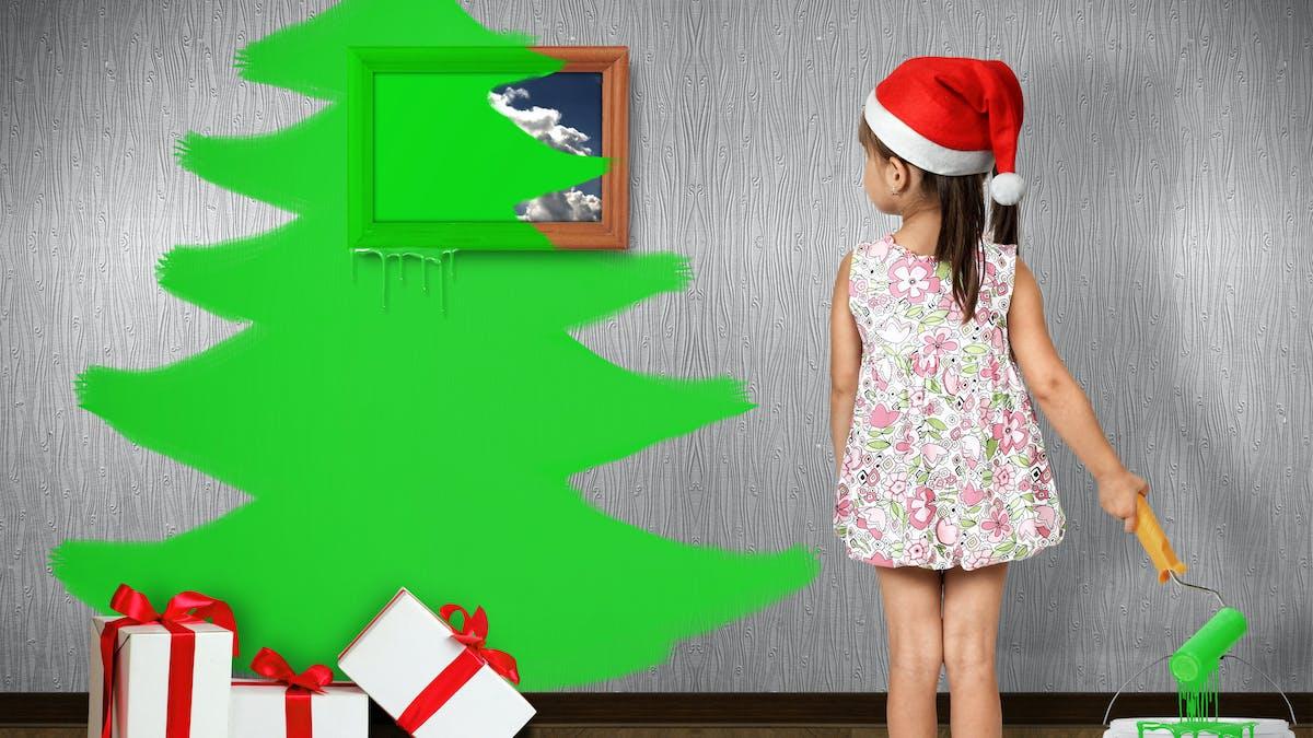 enfant devant sapin de Noël