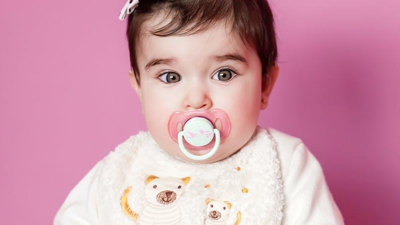 Sucer la tétine de bébé pour la nettoyer ? Ça réduirait son risque d'allergie !