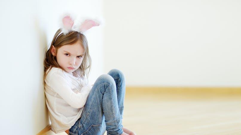 La réaction calme et amusante d'un papa dont la fille de 2 ans refuse de marcher (vidéo)