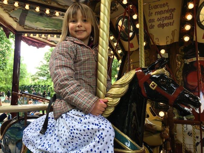 petite fille islandaise sur un cheval de manège