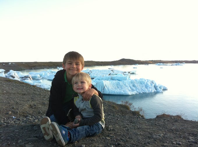 deux petits garçons au bord d'un fjord