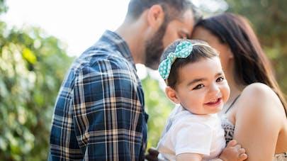 petite fille italienne avec ses parents