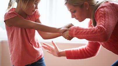 une mère donne une fessée à sa fille