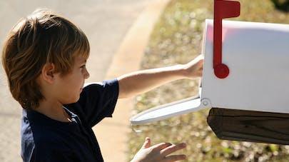 enfant reçoit lettre