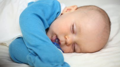 bébé dort sur un matelas