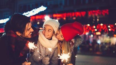 famille dans une rue à Noël