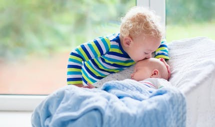 Un petit garçon berce sa petite sœur en pleurs : la vidéo virale