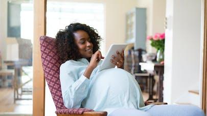 femme enceinte repose tablette ordinateur
