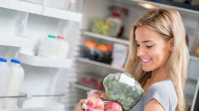 femme et réfrigérateur