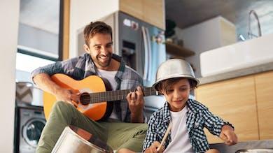 enfant et son père qui font de la musique