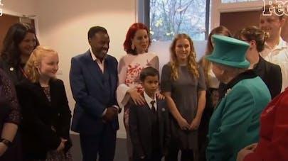 Impressionné par la reine Elizabeth II, un enfant de 9 ans s'enfuit à quatre pattes ! (vidéo)
