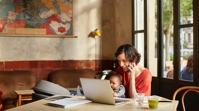 Une maman revendique son droit à utiliser son téléphone portable avec ses enfants