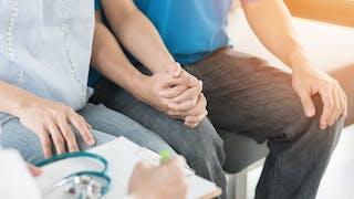 un couple main dans la main lors d'une consultation médicale
